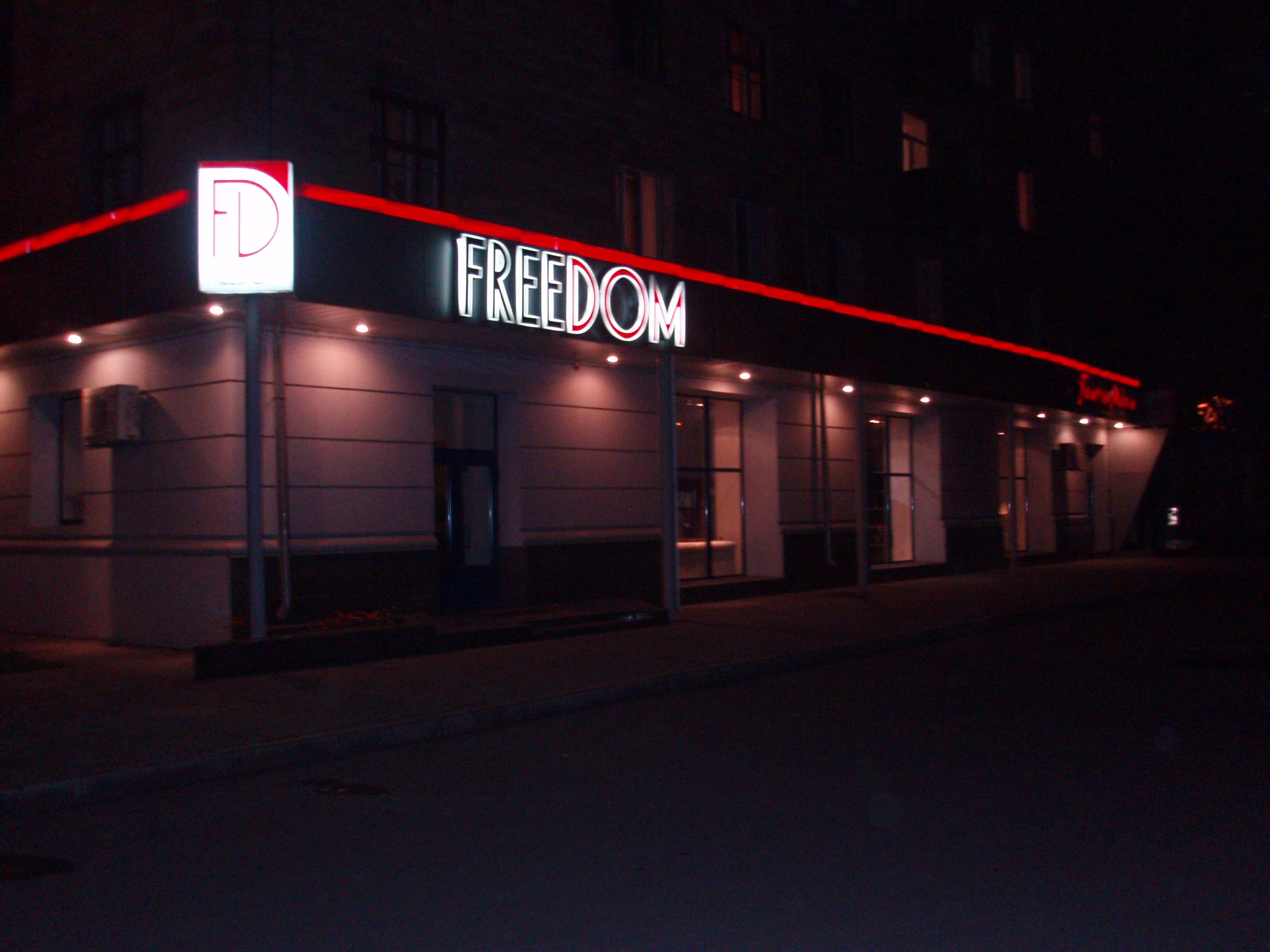 объемные буквы на фасаде из металла вид ночью